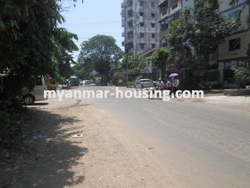 မြန်မာအိမ်ခြံမြေ - ငှားရန် property - No.2136 - မြေညီတိုက်ခန်း ကြည့်မြင့်တိုင်တွင် ငှားရန်ရှိသည်။View of the main road.