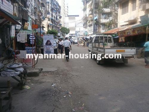 မြန်မာအိမ်ခြံမြေ - ငှားရန် property - No.2688 - ဆိုင်ဖွင့်ရန်ကောင်းသော မြေညီအခန်တစ်ခန်းငှားရန်ရှိသည်။View of the street.