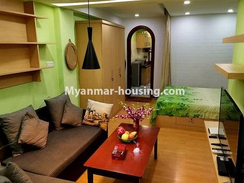 မြန်မာအိမ်ခြံမြေ - ငှားရန် property - No.2958 - မြို့ထဲတွင် အဆင့်မြင့်မြင့်နေချင်သူအတွက် ၀န်ဆောင်မှုအပြည့်ပေးသော စတူဒီယိုအခန် ငှားရန်ရှိသည်။living room and bed view