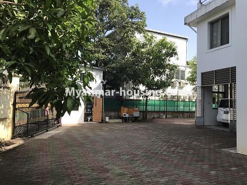 မြန်မာအိမ်ခြံမြေ - ငှားရန် property - No.3931 - မရမ်းကုန်း၊ ၇ မိုင်ခွဲတွင် ရုံးခန်းကြီးဖွင့်ရန်အတွက် ခြံကျယ် လုံးချင်းတစ်လုံးချင်း ငှါးရန်ရှိသည်။left side view