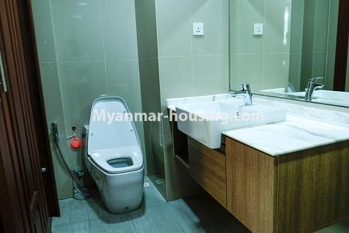 မြန်မာအိမ်ခြံမြေ - ငှားရန် property - No.4324 - မြောက်ဒဂုံတွင် ကွန်ဒိုခန်း အသစ်ငှားရန် ရှိသည်။. master bedroom bathroom