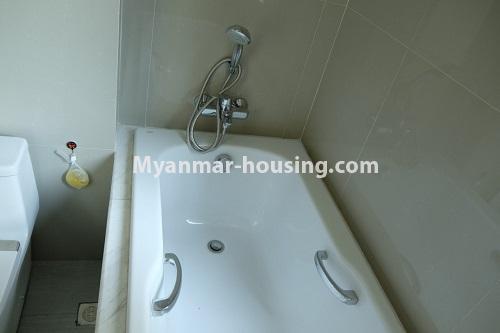 မြန်မာအိမ်ခြံမြေ - ငှားရန် property - No.4324 - မြောက်ဒဂုံတွင် ကွန်ဒိုခန်း အသစ်ငှားရန် ရှိသည်။. bathtub