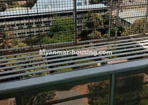 မြန်မာအိမ်ခြံမြေ - ငှားရန် property - No.4367 - မြို့ထဲ မောင်၀ိတ် ကွန်ဒိုတွင် အခန်းငှားရန် ရှိ်သည်။balcony