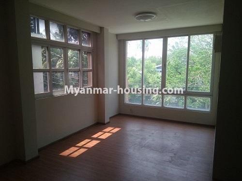 မြန်မာအိမ်ခြံမြေ - ငှားရန် property - No.4445 - မြောက်ဒဂုံဘောဂလမ်းတွင် သုံးထပ်တိုက်လုံးချင်းတစ်လုံး ငှားရန်ရှိသည်။upstairs living room