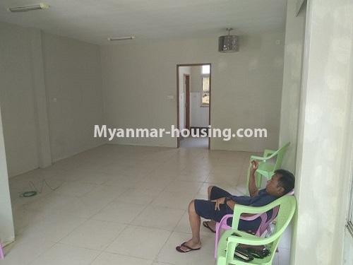 မြန်မာအိမ်ခြံမြေ - ငှားရန် property - No.4445 - မြောက်ဒဂုံဘောဂလမ်းတွင် သုံးထပ်တိုက်လုံးချင်းတစ်လုံး ငှားရန်ရှိသည်။downstairs tiled flooring view