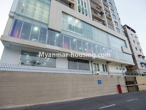 မြန်မာအိမ်ခြံမြေ - ငှားရန် property - No.4459 - မင်္ဂလာတောင်ညွန့်တွင် ရုံးခန်းဖွင့်ရန် သို့မဟုတ် စီးပွားရေးလုပ်ငန်းလုပ်ကိုင်ရန်အတွက် မြေညီထပ်ငှားရန် ရှိသည်။ lowner view of the building