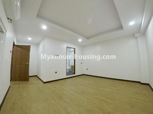 မြန်မာအိမ်ခြံမြေ - ငှားရန် property - No.4470 - လှည်းတန်းလမ်းဆုံရှိ လှည်းတန်းစင်တာတွင် ကွန်ဒိုခန်းငှားရန်ရှိသည်။ master bedroom