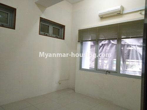 မြန်မာအိမ်ခြံမြေ - ငှားရန် property - No.4470 - လှည်းတန်းလမ်းဆုံရှိ လှည်းတန်းစင်တာတွင် ကွန်ဒိုခန်းငှားရန်ရှိသည်။ single bedroom 1