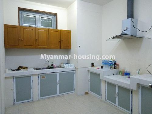 မြန်မာအိမ်ခြံမြေ - ငှားရန် property - No.4470 - လှည်းတန်းလမ်းဆုံရှိ လှည်းတန်းစင်တာတွင် ကွန်ဒိုခန်းငှားရန်ရှိသည်။ kitchen