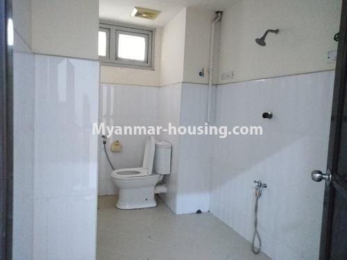 မြန်မာအိမ်ခြံမြေ - ငှားရန် property - No.4470 - လှည်းတန်းလမ်းဆုံရှိ လှည်းတန်းစင်တာတွင် ကွန်ဒိုခန်းငှားရန်ရှိသည်။ bathroom 1