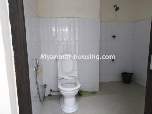 မြန်မာအိမ်ခြံမြေ - ငှားရန် property - No.4470 - လှည်းတန်းလမ်းဆုံရှိ လှည်းတန်းစင်တာတွင် ကွန်ဒိုခန်းငှားရန်ရှိသည်။ bathroom 2