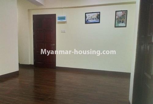 မြန်မာအိမ်ခြံမြေ - ငှားရန် property - No.4488 - တောင်ဥက္ကလာပရတနာလမ်းမကြီးအနီးတွင် ကွန်ဒိုတစ်ခန်းငှားရန်ရှိသည်။living room