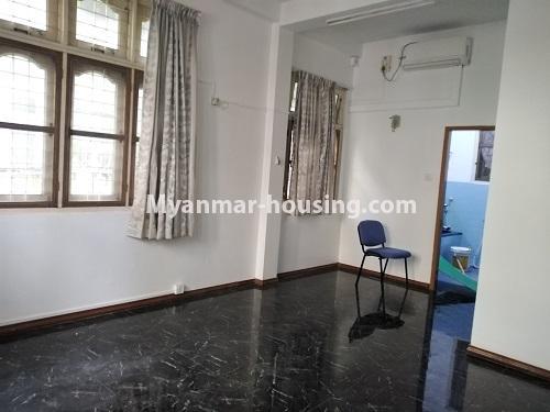 မြန်မာအိမ်ခြံမြေ - ငှားရန် property - No.4493 - ဒဂုံတွင် ရုံးခန်းဖွင့်ရန် သို့မဟုတ် လူနေရန် နှစ်ထပ်အိမ်တစ်လုံး ငှားရန်ရှိသည်။downstairs master bedroom
