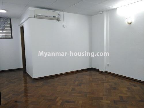 မြန်မာအိမ်ခြံမြေ - ငှားရန် property - No.4493 - ဒဂုံတွင် ရုံးခန်းဖွင့်ရန် သို့မဟုတ် လူနေရန် နှစ်ထပ်အိမ်တစ်လုံး ငှားရန်ရှိသည်။upstairs master bedroom
