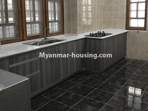 မြန်မာအိမ်ခြံမြေ - ငှားရန် property - No.4497 - ဗဟန်းတွင် လူနေထိုင်ရန် သို့မဟုတ် ရုံးခန်းဖွင့်ရန် နှစ်ထပ်အိမ်တစ်လုံး ငှားရန်ရှိသည်။kitchen