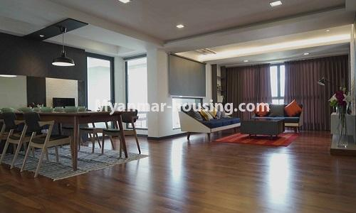 မြန်မာအိမ်ခြံမြေ - ငှားရန် property - No.4513 - တောင်ဥက္ကလာတွင် အဆင့်မြင့်ပြင်ဆင်ထားသော ကွန်ဒိုတိုက်ခန်း ငှားရန်ရှိသည်။dining area and living room