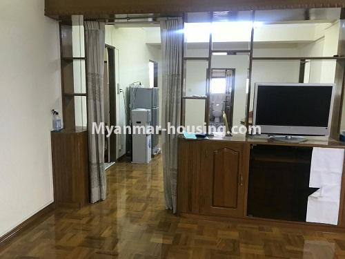 မြန်မာအိမ်ခြံမြေ - ငှားရန် property - No.4524 - မြို့ထဲ မြန်မာ့ဂုဏ်ရည်ကွန်ဒိုတွင်  အခန်ငှားရန်ရှိသည်။living room and dining area
