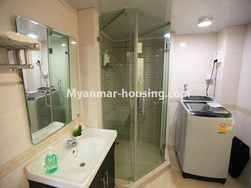 မြန်မာအိမ်ခြံမြေ - ငှားရန် property - No.4538 - ဗိုလ်တစ်ထောင်တွင် ရန်ကုန်မြစ်ဗျူးမြင်ရသော အပေါ်ဆုံးလွှာ ငှားရန်ရှိသည်။bathroom view