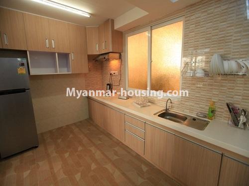 မြန်မာအိမ်ခြံမြေ - ငှားရန် property - No.4538 - ဗိုလ်တစ်ထောင်တွင် ရန်ကုန်မြစ်ဗျူးမြင်ရသော အပေါ်ဆုံးလွှာ ငှားရန်ရှိသည်။kitchen view