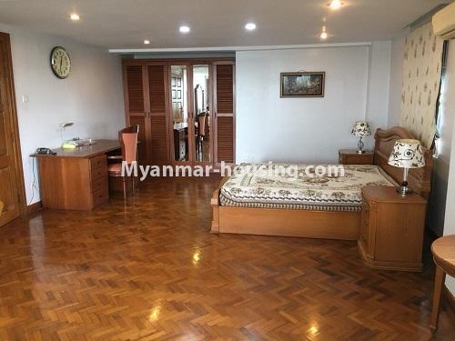 မြန်မာအိမ်ခြံမြေ - ငှားရန် property - No.4540 - မရမ်းကုန်း ၉ မိုင်တွင် ရန်ကုန်တစ်မြို့လုံးဗျူးကိုမြင်ရသော နှစ်ထပ်ပါ အပေါ်ဆုံးလွှာ ငှားရန်ရှိသည်။ bedroom 1