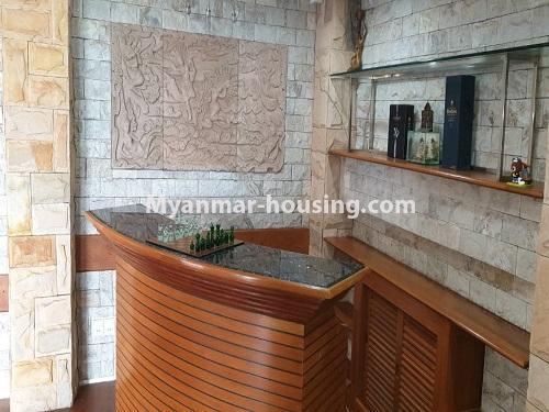 မြန်မာအိမ်ခြံမြေ - ငှားရန် property - No.4540 - မရမ်းကုန်း ၉ မိုင်တွင် ရန်ကုန်တစ်မြို့လုံးဗျူးကိုမြင်ရသော နှစ်ထပ်ပါ အပေါ်ဆုံးလွှာ ငှားရန်ရှိသည်။ small bar counter view in living room