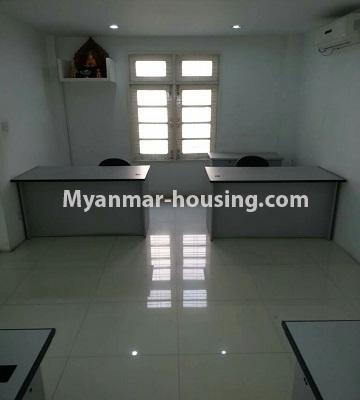 မြန်မာအိမ်ခြံမြေ - ငှားရန် property - No.4552 - ဒေါပုံတွင် ပရိဘောဂ အချို့ပါသော သုံးထပ်တိုက်အိမ် ငှားရန်ရှိသည်။ground floor office area