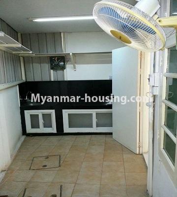 မြန်မာအိမ်ခြံမြေ - ငှားရန် property - No.4552 - ဒေါပုံတွင် ပရိဘောဂ အချို့ပါသော သုံးထပ်တိုက်အိမ် ငှားရန်ရှိသည်။ground floor backside room