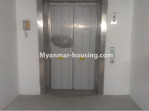 မြန်မာအိမ်ခြံမြေ - ငှားရန် property - No.4566 - ကြည့်မြင်တိုင်တွင် အသစ်ဆောက်လုပ်ထားသော ရှစ်ထပ်တိုက်ကွန်ဒိုအသေးစား ငှားရန်ရှိသည်။lift entrance view
