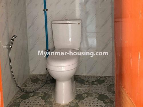မြန်မာအိမ်ခြံမြေ - ငှားရန် property - No.4570 - မြောက်ဥက္ကလာ ဆေးတက္ကသိုလ်(၂) အနီးတွင် မြေညီ တိုက်ခန်း တစ်ခန်းငှားရန်ရှိသည်။toilet view