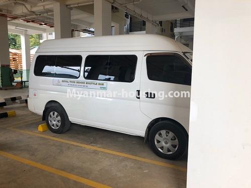 မြန်မာအိမ်ခြံမြေ - ငှားရန် property - No.4621 - အင်းစိန်တွင် အိပ်ခန်းနှစ်ခန်းပါသော ရိုင်ရယ်သီရီကွန်ဒိုခန်း ငှားရန်ရှိသည်။car parking view