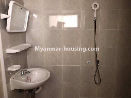 မြန်မာအိမ်ခြံမြေ - ငှားရန် property - No.4621 - အင်းစိန်တွင် အိပ်ခန်းနှစ်ခန်းပါသော ရိုင်ရယ်သီရီကွန်ဒိုခန်း ငှားရန်ရှိသည်။bathroom view
