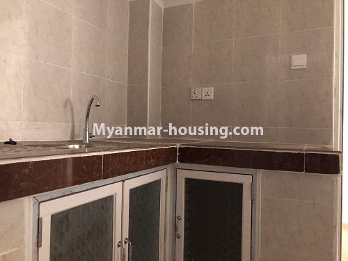 မြန်မာအိမ်ခြံမြေ - ငှားရန် property - No.4621 - အင်းစိန်တွင် အိပ်ခန်းနှစ်ခန်းပါသော ရိုင်ရယ်သီရီကွန်ဒိုခန်း ငှားရန်ရှိသည်။kitchen view