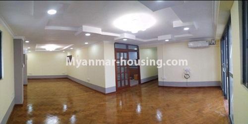 မြန်မာအိမ်ခြံမြေ - ငှားရန် property - No.4684 - ကြည့်မြင်တိုင်တွင် ရွေှဂုံသူကွန်ဒိုခန်း ငှားရန်ရှိသည်။living room view