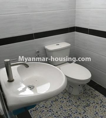 မြန်မာအိမ်ခြံမြေ - ငှားရန် property - No.4701 - အင်းစိန် ဘုရင့်နောင်လမ်းမပေါ်တွင် နှစ်ထပ်အိမ်တစ်လုံး ငှားရန်ရှိသည်။toilet view