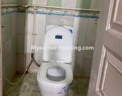 မြန်မာအိမ်ခြံမြေ - ငှားရန် property - No.4794 - ကျောက်မြောင်းထဲတွင် အလွှာနိမ့် အခန်းကောင်းတစ်ခန်း ငှားရန်ရှိသည်။toilet view