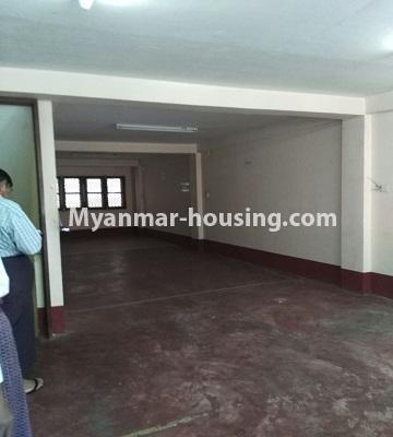 မြန်မာအိမ်ခြံမြေ - ငှားရန် property - No.4809 - ပုစွန်တောင် ညောင်တန်းအိမ်ရာထဲတွင်  Shop House ငှားရန် ရှိသည်။ground floor hall view