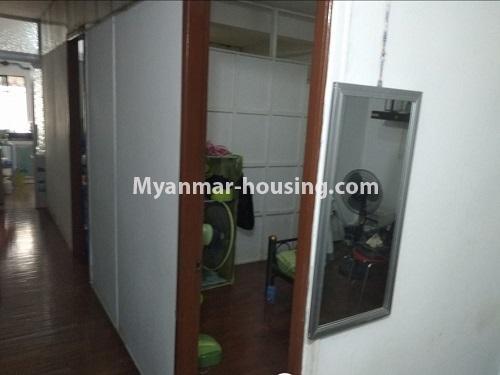 မြန်မာအိမ်ခြံမြေ - ငှားရန် property - No.4850 - မရမ်းကုန်း မုဒိုတာအိမ်ရာတွင် အိပ်ခန်းနှစ်ခန်းပါသော အခန်းငှားရန်ရှိသည်။bedroom and corridor view
