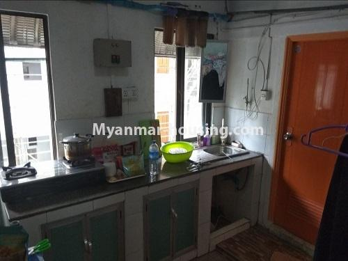 မြန်မာအိမ်ခြံမြေ - ငှားရန် property - No.4850 - မရမ်းကုန်း မုဒိုတာအိမ်ရာတွင် အိပ်ခန်းနှစ်ခန်းပါသော အခန်းငှားရန်ရှိသည်။kitchen view