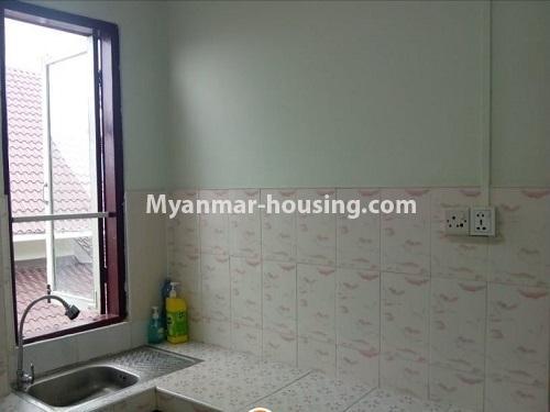 မြန်မာအိမ်ခြံမြေ - ငှားရန် property - No.4860 - သင်္ဃန်းကျွန်း လေးထောင့်ကန် လမ်းမကြီးအနီးတွင် အိပ်ခန်းသုံးခန်းပါသော လေးလွှာတိုက်ခန်း ငှားရန် ရှိသည်။kitchen view