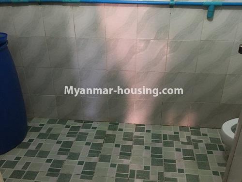 မြန်မာအိမ်ခြံမြေ - ငှားရန် property - No.4868 - ရန်ကင်း စင်တာအနီးတွင် ဒုတိယထပ် အိပ်ခန်းတစ်ခန်းပါသောအခန်း ငှားရန်ရှိသည်။bathroom view