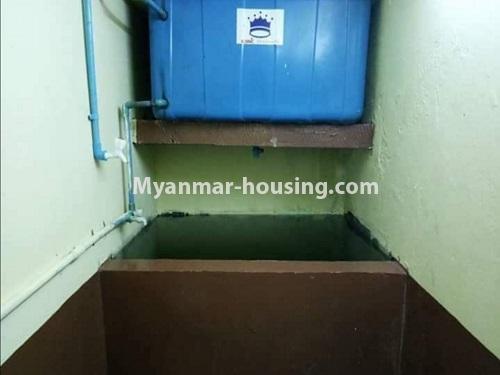 မြန်မာအိမ်ခြံမြေ - ငှားရန် property - No.4874 - သိမ်ဖြူလမ်းမပေါ်တွင် ခုနှစ်လွှာတိုက်ခန်း ငှားရန်ရှိ်သည်။bathroom view