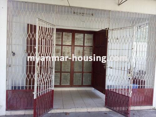 မြန်မာအိမ်ခြံမြေ - ရောင်းမည် property - No.3014 - လှိုင်သာယာမြို့နယ်တွင် လုံးချင်းအိမ်ကောင်း တစ်လုံး ရောင်းရန်ရှိပါသည်။ - View of the Door