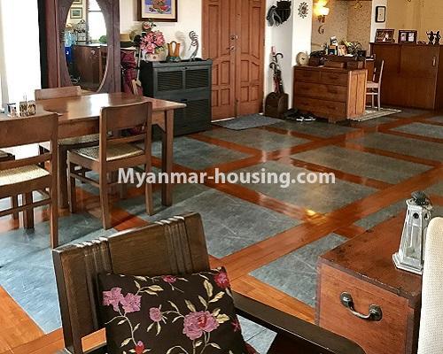 မြန်မာအိမ်ခြံမြေ - ရောင်းမည် property - No.3174 - ကန်တော်ကြီးအနီးတွင် အဆင့်မြင့်ပြင်ဆင်ပြီး ပရိဘောဂများပါသော အိပ်ခန်းနှစ်ခန်းနှင့် ကွန်ဒိုခန်း ရောင်းရန်ရှိသည်။  - living room and dining area