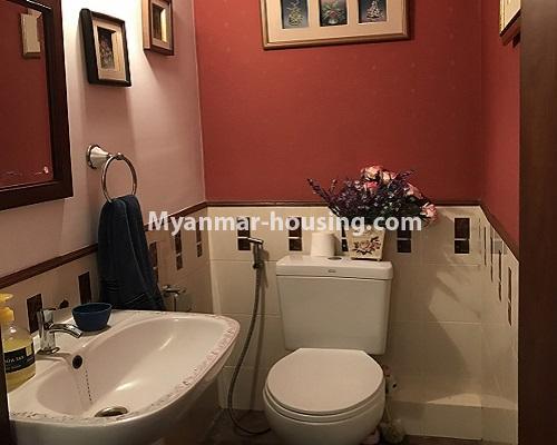 မြန်မာအိမ်ခြံမြေ - ရောင်းမည် property - No.3174 - ကန်တော်ကြီးအနီးတွင် အဆင့်မြင့်ပြင်ဆင်ပြီး ပရိဘောဂများပါသော အိပ်ခန်းနှစ်ခန်းနှင့် ကွန်ဒိုခန်း ရောင်းရန်ရှိသည်။  - master bedroom bathroom
