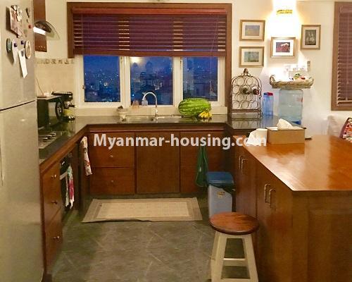 မြန်မာအိမ်ခြံမြေ - ရောင်းမည် property - No.3174 - ကန်တော်ကြီးအနီးတွင် အဆင့်မြင့်ပြင်ဆင်ပြီး ပရိဘောဂများပါသော အိပ်ခန်းနှစ်ခန်းနှင့် ကွန်ဒိုခန်း ရောင်းရန်ရှိသည်။  - kitchen