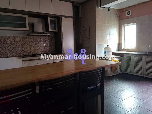 မြန်မာအိမ်ခြံမြေ - ရောင်းမည် property - No.3284 - ရေကျော်ဈေး အနီးတွင် တိုက်ခန်းကျယ်တစ်ခန်း ရောင်းရန်ရှိသည်။ - Kitchen and dining area