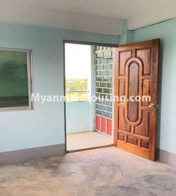 မြန်မာအိမ်ခြံမြေ - ရောင်းမည် property - No.3287 - သင်္ဃန်းကျွန်းတွင် တိုက်ခန်းသစ် ရောင်းရန်ရှိသည်။ - entrance door and balcony
