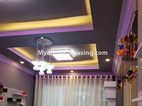 မြန်မာအိမ်ခြံမြေ - ရောင်းမည် property - No.3324 - ဒဂုံဆိပ်ကမ်း ဧရာချမ်းသာ ကွန်ဒိုတွင် အခန်းရောင်းရန် ရှိသည်။ - living room ceiling view