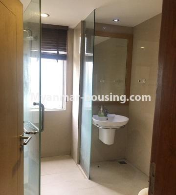 မြန်မာအိမ်ခြံမြေ - ရောင်းမည် property - No.3357 - အလုံ ရွေှနှင့်ဆီကွန်ဒိုတွင် အခန်းရောင်းရန် ရှိသည်။ - common bathroom view