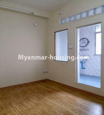 မြန်မာအိမ်ခြံမြေ - ရောင်းမည် property - No.3398 - မြို့ထဲတွင် ပြင်ဆင်ပြီး အိပ်ခန်းသုံးခန်းပါသော ကွန်ဒိုခန်း ရောင်းရန်ရှိသည်။ - master bedroom